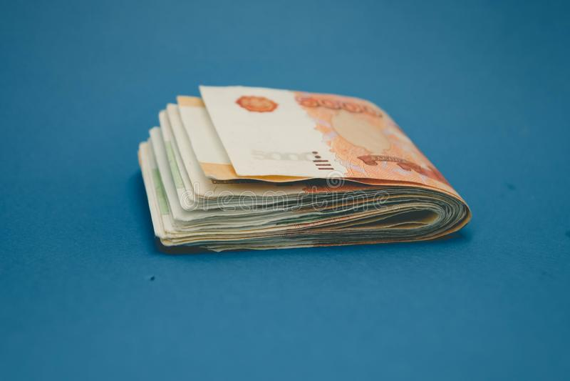 pila del cateto de dinero del efectivo El concepto de ricos, de riqueza, de beneficios, de negocio y de finanzas Cinco mil?simos  fotos de archivo