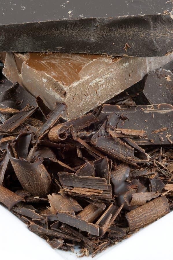 Pila del chocolate del primer en la placa blanca fotos de archivo libres de regalías
