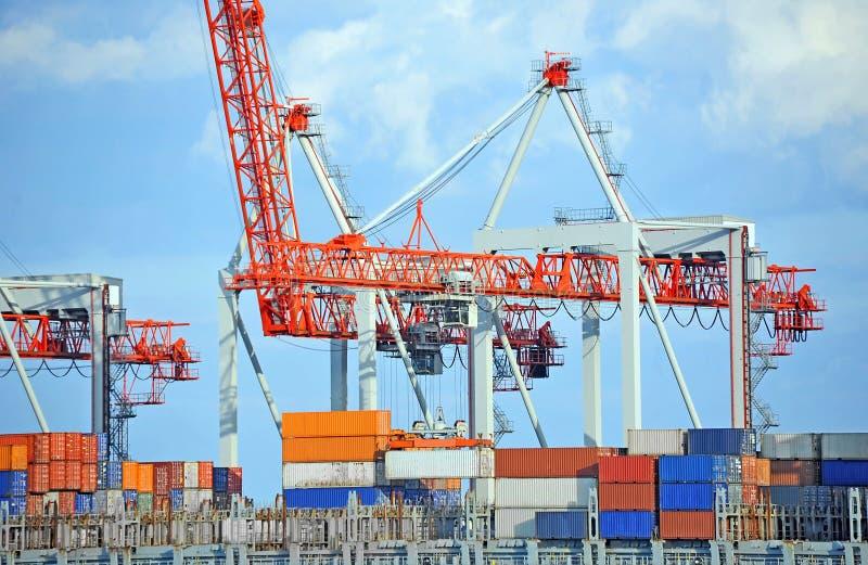 Pila del contenitore sulla nave del trasporto fotografia stock libera da diritti