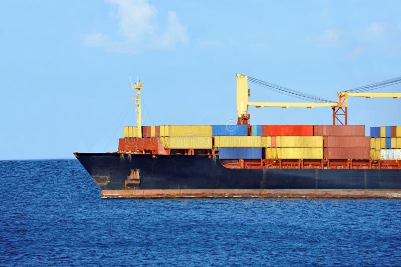 Pila del contenitore sulla nave del trasporto fotografia stock