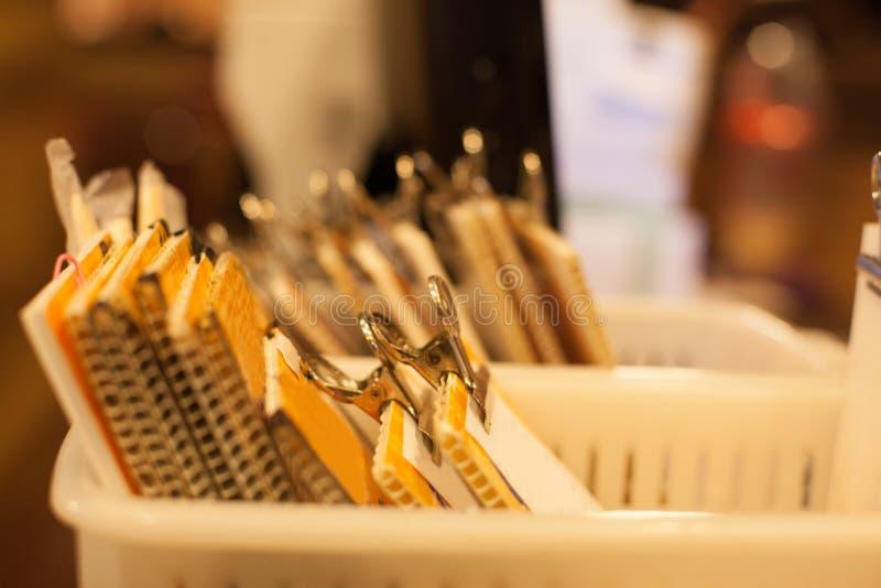 Pila del fuoco selettivo di ricevuta di pagamento della fattura in vassoio del fermacarte del ritaglio sul fondo della tavola del immagine stock