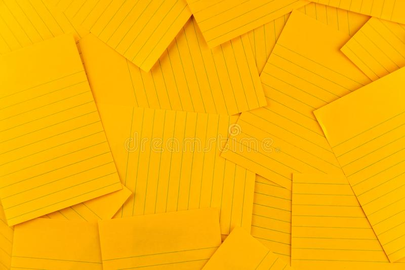 Pila del modelo anaranjado del fondo de la hoja del papel rectangular en blanco, visión superior con el espacio de la copia imagenes de archivo