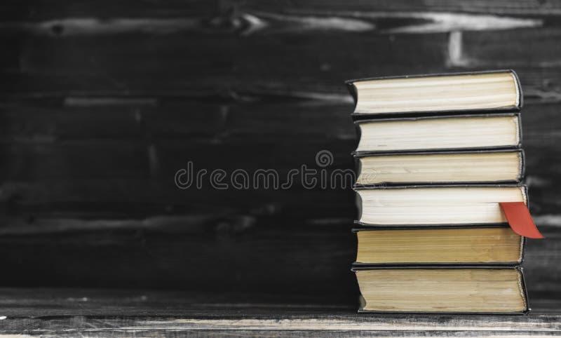 pila del mont?n de libros raros Abra el libro, libros del libro encuadernado en la tabla de madera Fondo de la educaci?n De nuevo fotografía de archivo libre de regalías