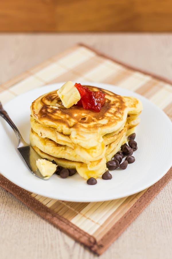 Pila del pancake con l'inceppamento di fragola immagine stock