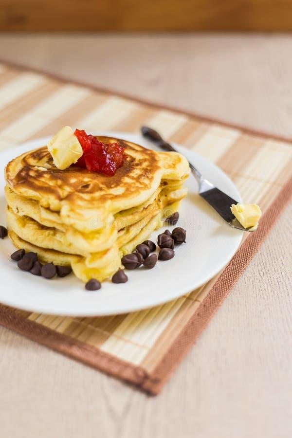 Pila del pancake con l'inceppamento di fragola immagini stock libere da diritti