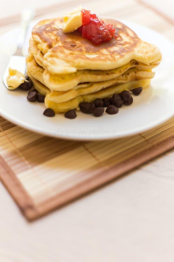 Pila del pancake con l'inceppamento di fragola immagine stock libera da diritti