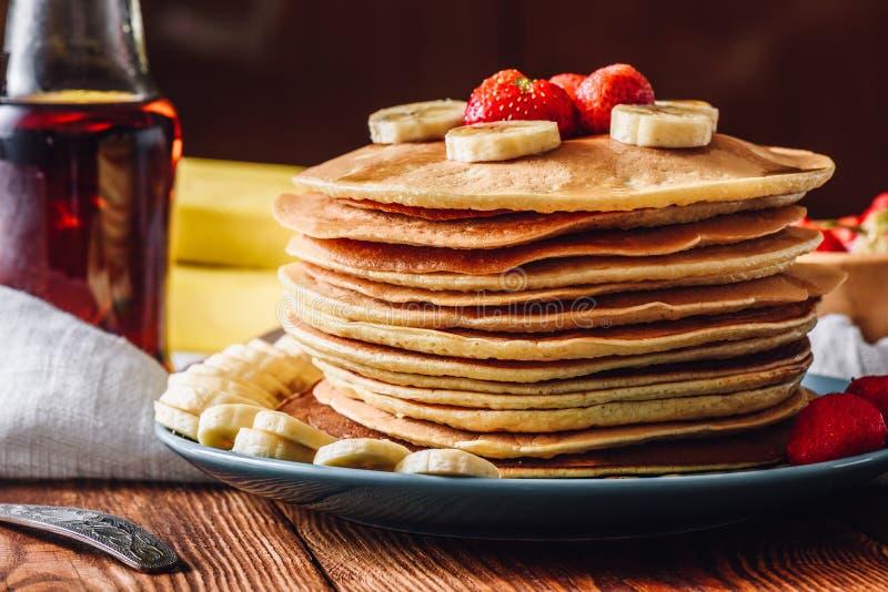 Pila del pancake con la fragola e la banana fotografia stock libera da diritti
