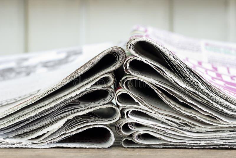 Pila del primer de periódico fotografía de archivo libre de regalías