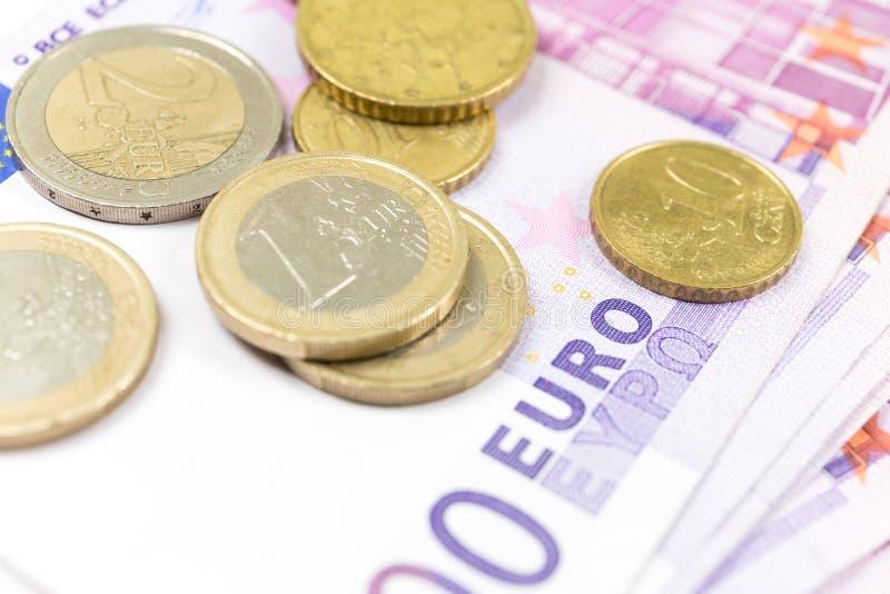 Pila del primo piano di euro banconote e monete 500 euro banconote fotografia stock libera da diritti