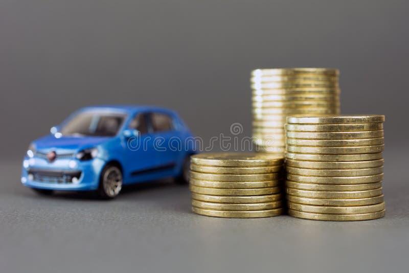 Pila dell'automobile del giocattolo di monete fotografie stock