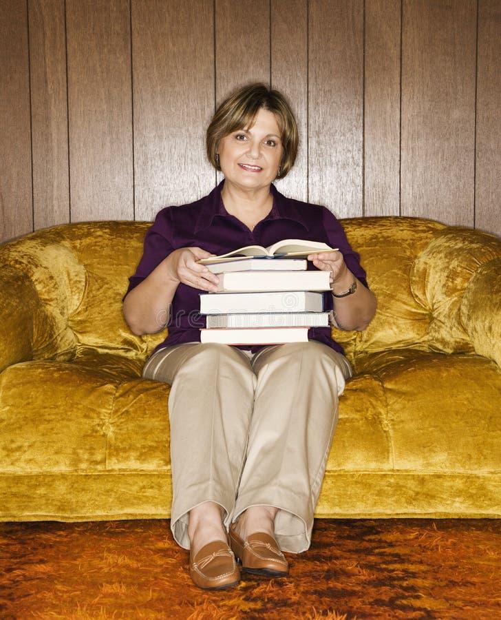 Pila della holding della donna di libri. fotografia stock libera da diritti
