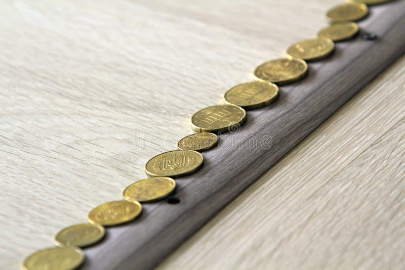 Pila della pila o dei soldi della moneta e fila di moneta sulla tavola di legno Finanziario, concetto di crescita di affari Conce immagini stock libere da diritti