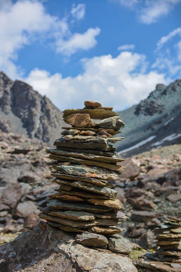 Pila della roccia alle alte montagne Pista nella natura fotografie stock