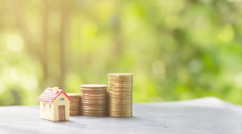 Pila delle monete e della Camera affinch? risparmiare comprino una casa immagini stock libere da diritti