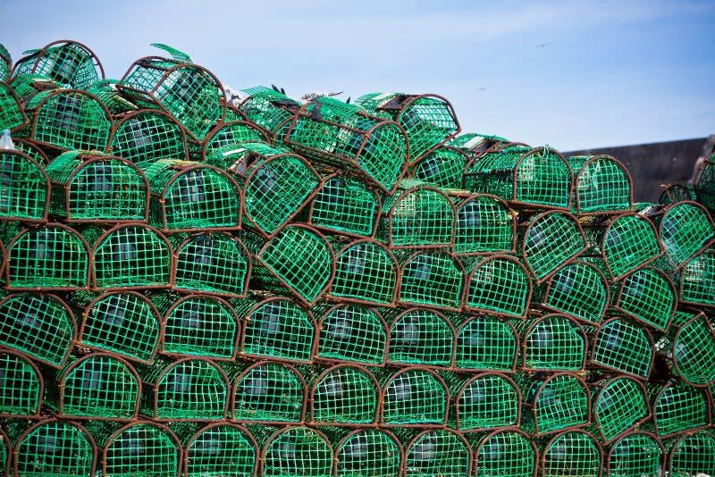 Pila delle nasse per granchi e dell'aragosta in un porto fotografie stock