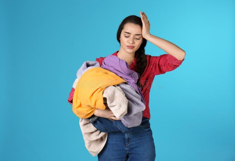 Pila descontentada de la tenencia de la mujer joven de lavadero sucio fotografía de archivo