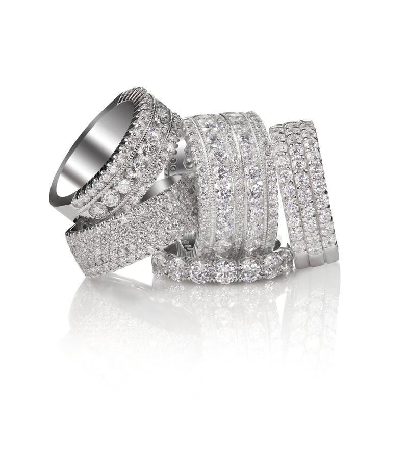 Pila di anelli nuziali della banda di impegno di nozze fotografie stock