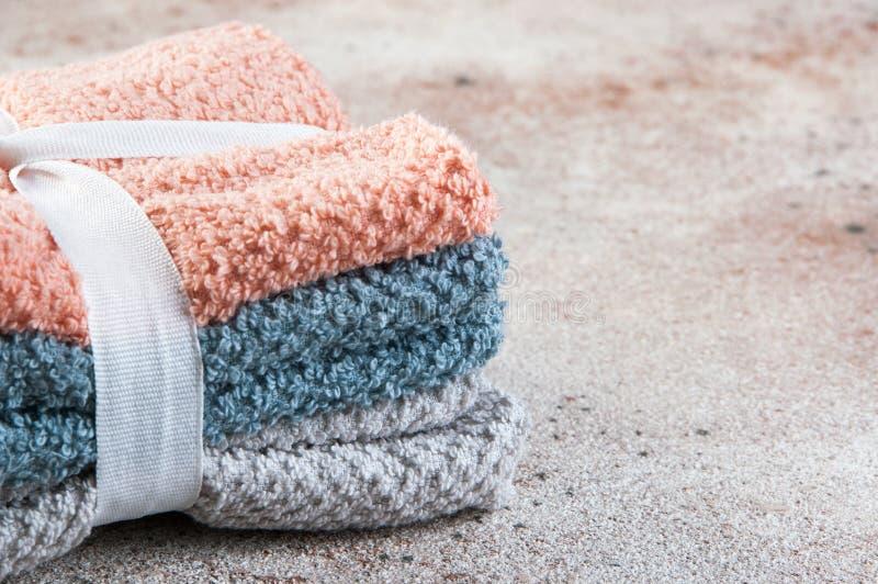 Pila di di asciugamani colorati multi immagini stock
