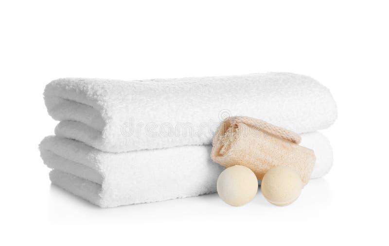 Pila di asciugamani molli puliti, bombe del bagno immagini stock
