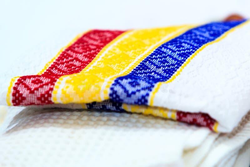 Pila di asciugamani di piatto con i motivi rumeni di tricolore Cucina immagine stock libera da diritti