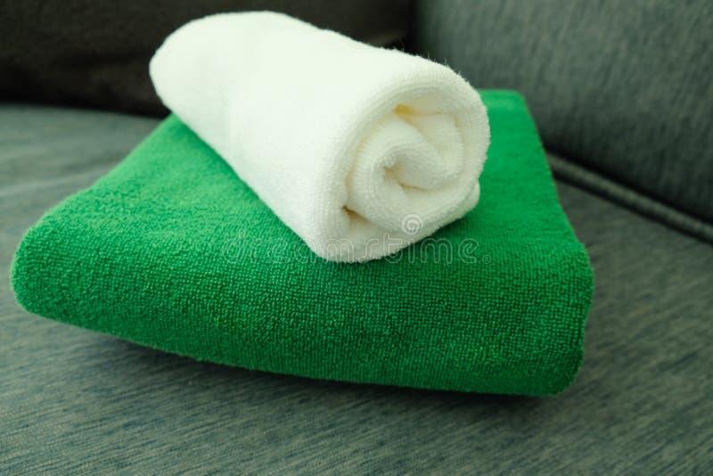 Pila di asciugamani puliti bianchi e verdi fotografie stock libere da diritti