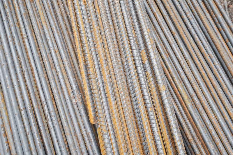 Pila di barra d'acciaio rotonda arrugginita - rivesta di ferro le ferrovie del metallo materiali immagine stock libera da diritti
