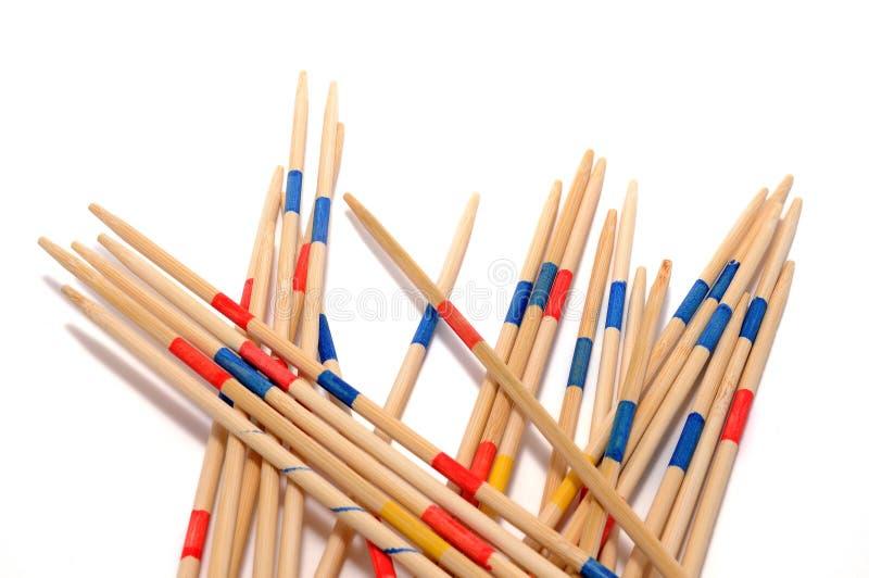 Pila di bastoni di legno del gioco di Mikado su fondo bianco. fotografia stock libera da diritti