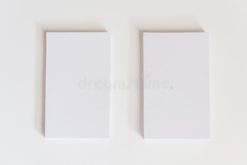 Pila di biglietti da visita bianchi in bianco Biglietti da visita del modello su wh immagini stock