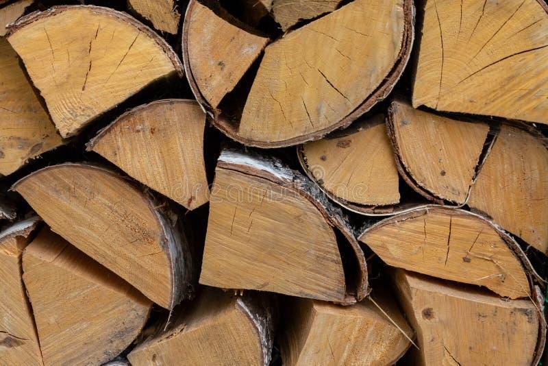 Pila di billetta della legna da ardere per il camino del combustibile di inverno ed il materiale basso rustico di eco dei ceppi fotografia stock libera da diritti