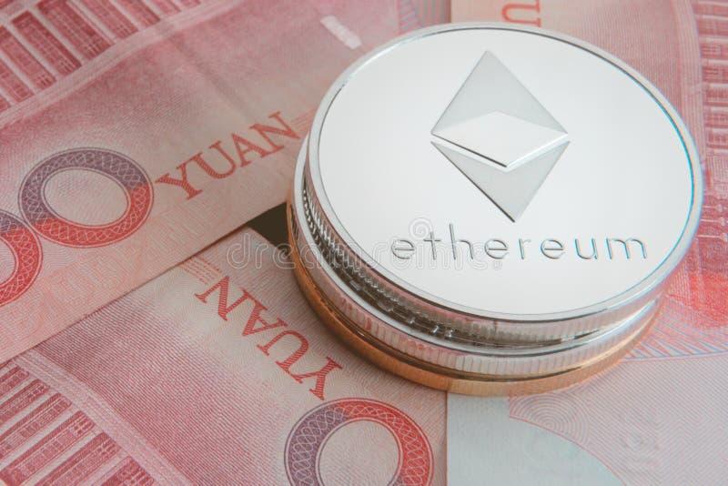 Pila di bitcoins fisici, di btc, di bitcoin, di ethereum, di litecoins, di oro dell'ondulazione e di monete d'argento, concetto d fotografia stock
