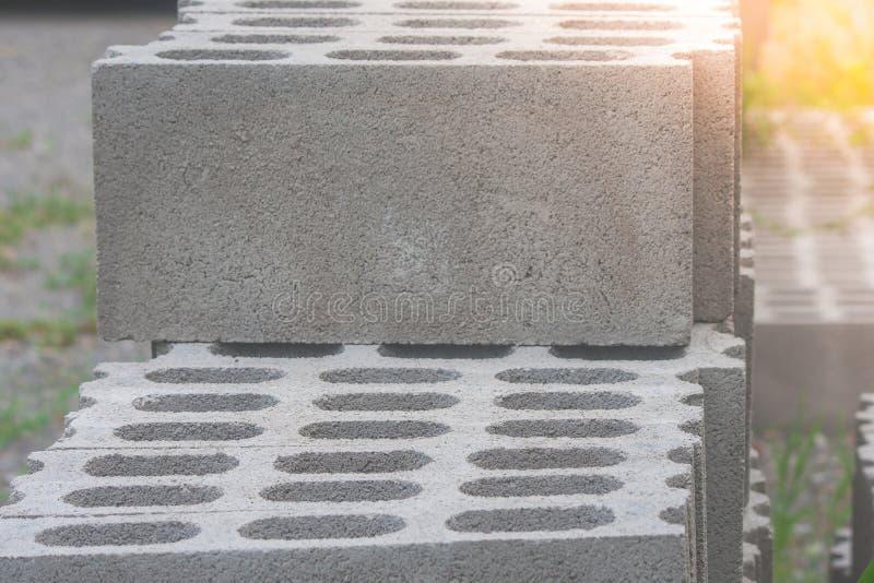 Pila di blocchi in calcestruzzo del cemento al cantiere Fuoco molle fotografia stock
