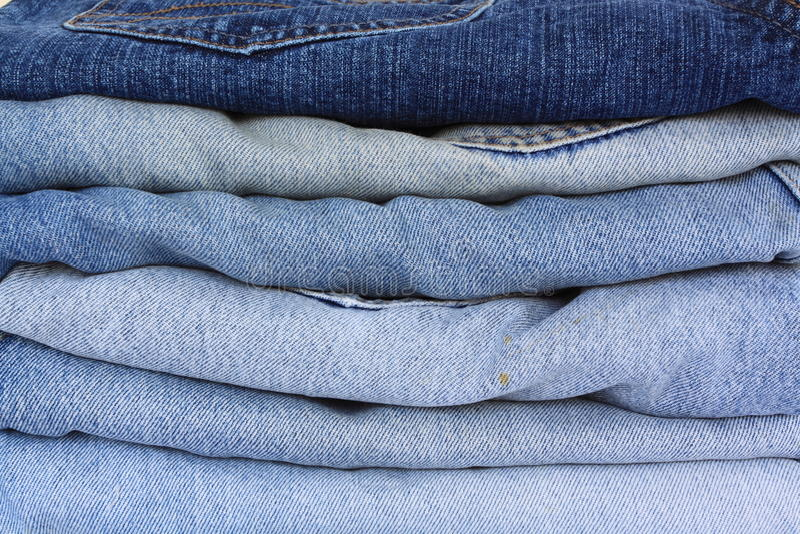 Pila di blue jeans fotografia stock libera da diritti