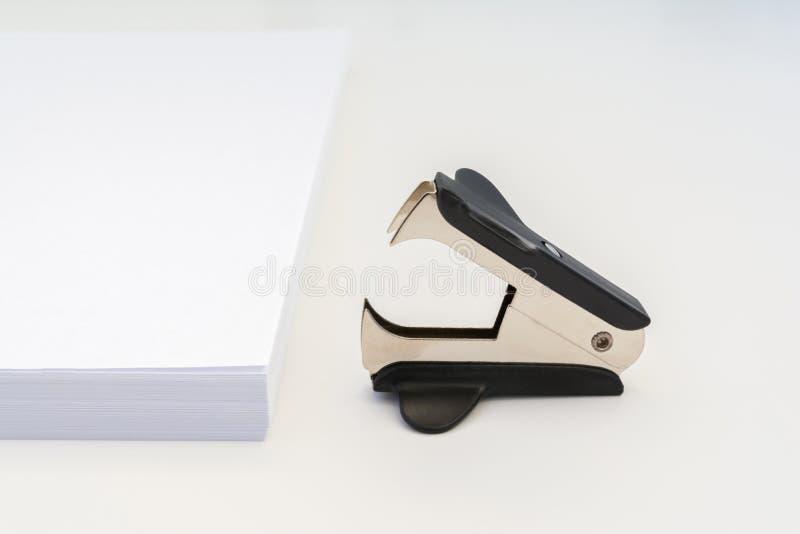 Download Pila Di Carta Bianca Dell'ufficio E Di Anti-cucitrice Meccanica Nera Su Un Fondo Bianco, Fondo Astratto Del Primo Piano Immagine Stock - Immagine di apparecchiatura, nessuno: 117982069