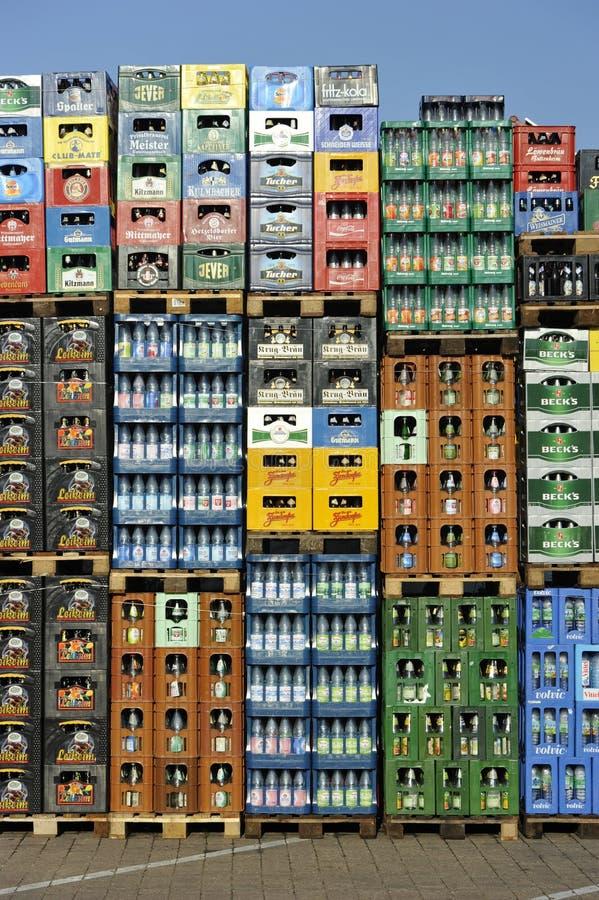 Pila di casse della bevanda fotografie stock