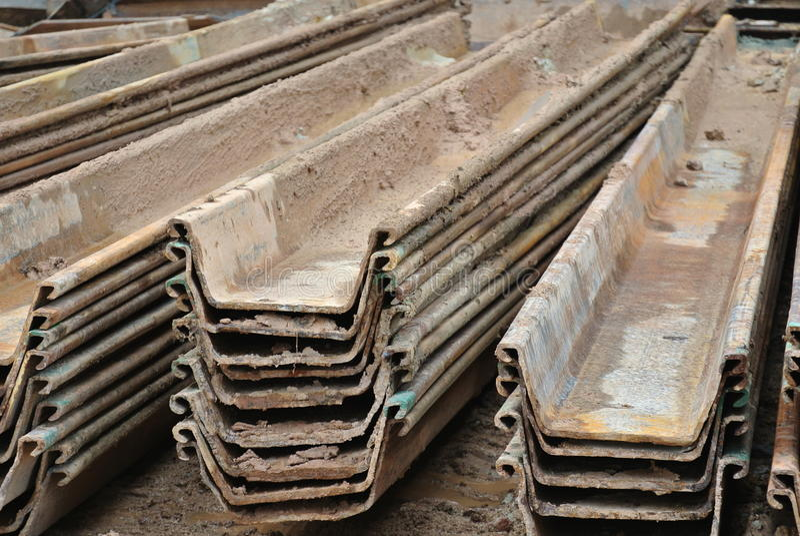 Pila di cassone d'acciaio della palancola del muro di sostegno fotografie stock libere da diritti