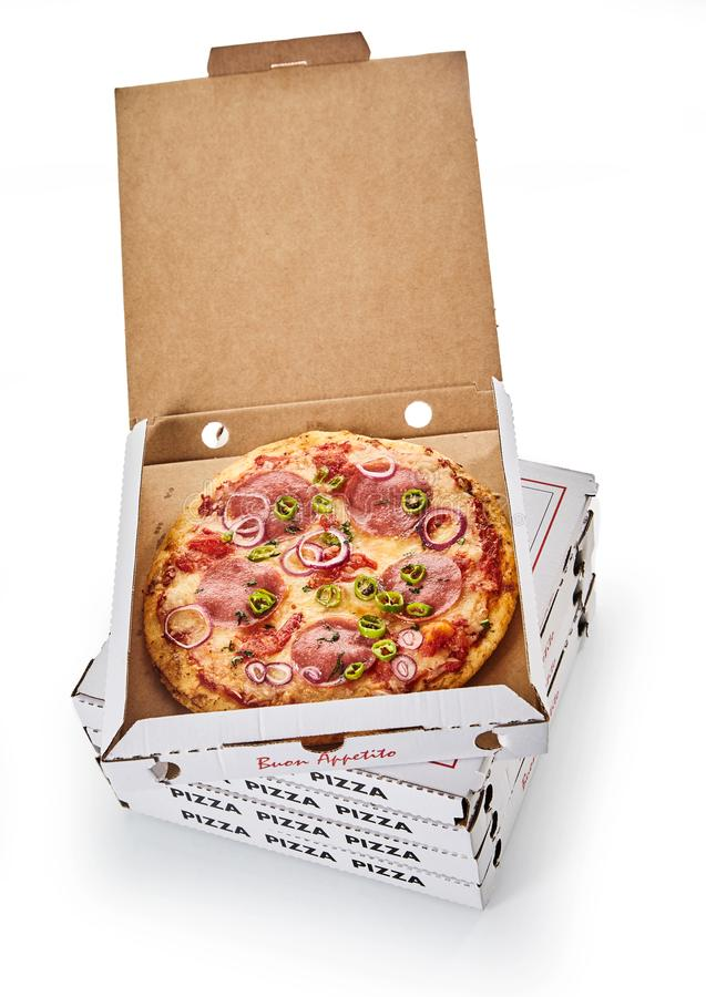 Pila di contenitori di pizza su fondo bianco immagini stock