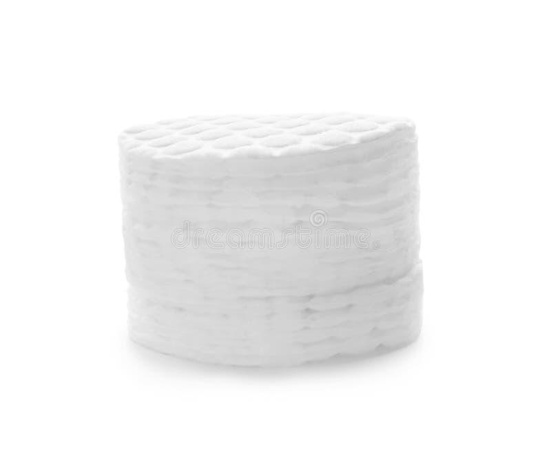 Pila di cuscinetti di cotone su bianco immagine stock libera da diritti