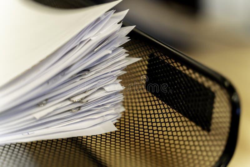 Pila di documento cartaceo in ufficio in vassoio sul lavoro fotografie stock libere da diritti