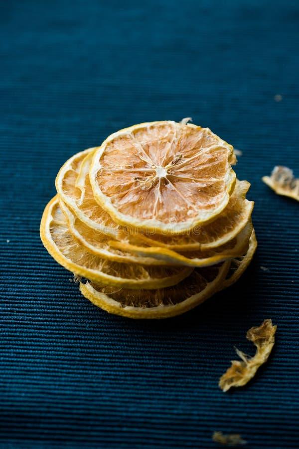 Pila di fette secche del limone su superficie blu/asciutto ed affettata fotografie stock