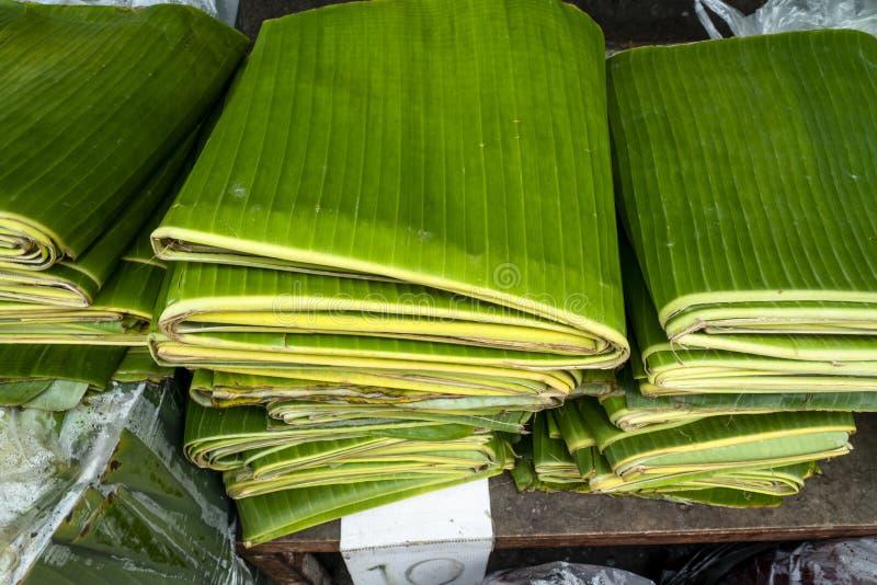 Pila di foglie piegate della banana visualizzate ad un mercato locale fotografia stock libera da diritti