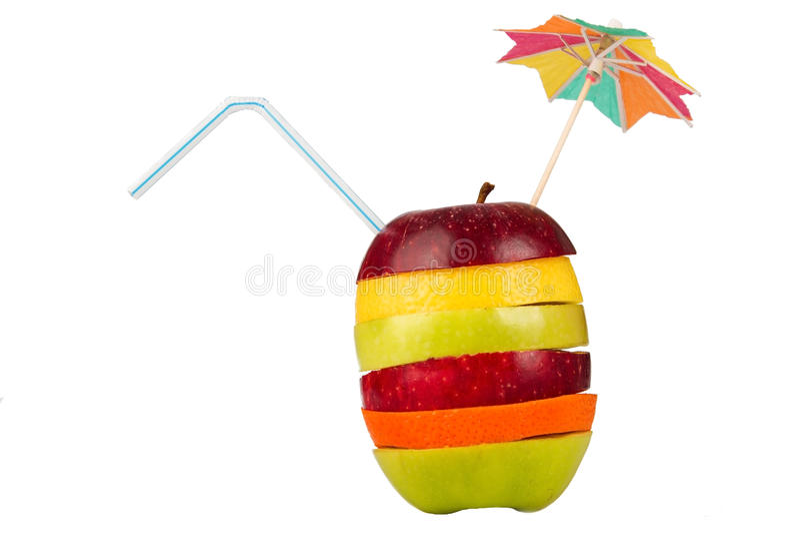 Pila di frutta affettata con paglia e l'ombrello fotografie stock libere da diritti