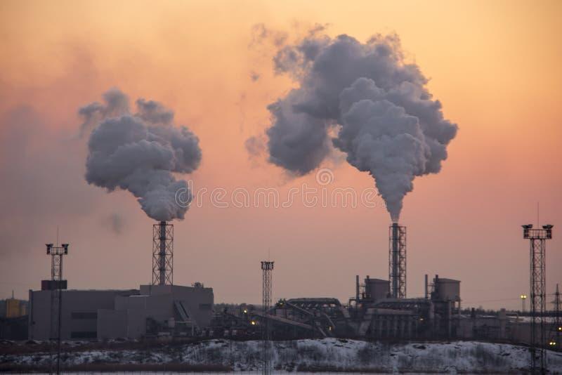 Pila di fumo del camino Inquinamento atmosferico e tema del mutamento climatico fotografia stock libera da diritti