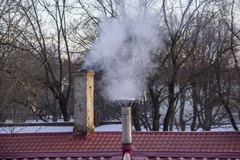 Pila di fumo del camino Inquinamento atmosferico e tema del mutamento climatico fotografie stock