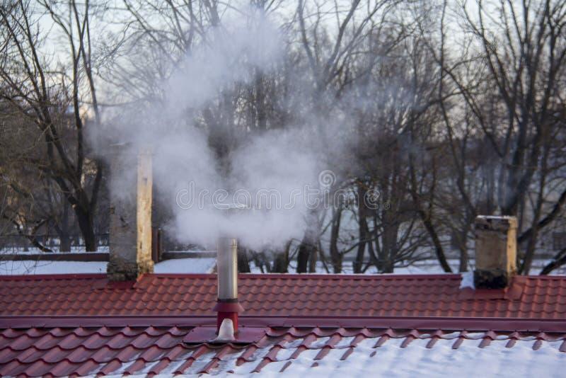 Pila di fumo del camino Inquinamento atmosferico e tema del mutamento climatico immagini stock