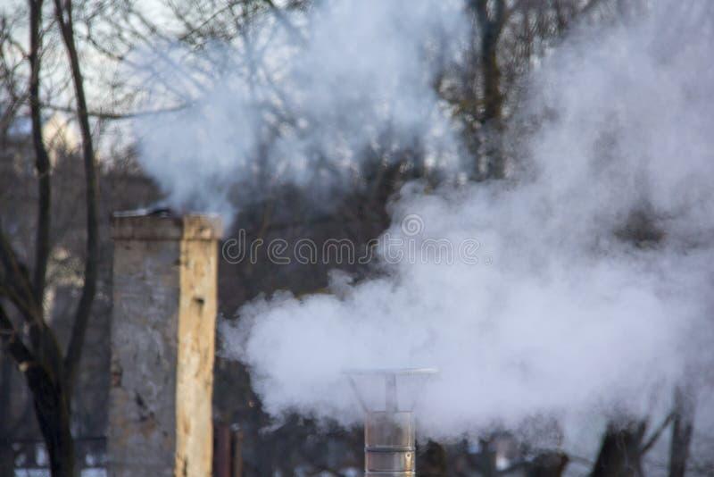 Pila di fumo del camino Inquinamento atmosferico e tema del mutamento climatico fotografia stock