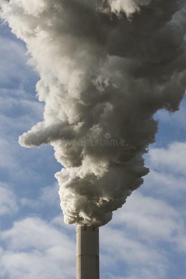 Pila di fumo di centrale elettrica fotografia stock libera da diritti