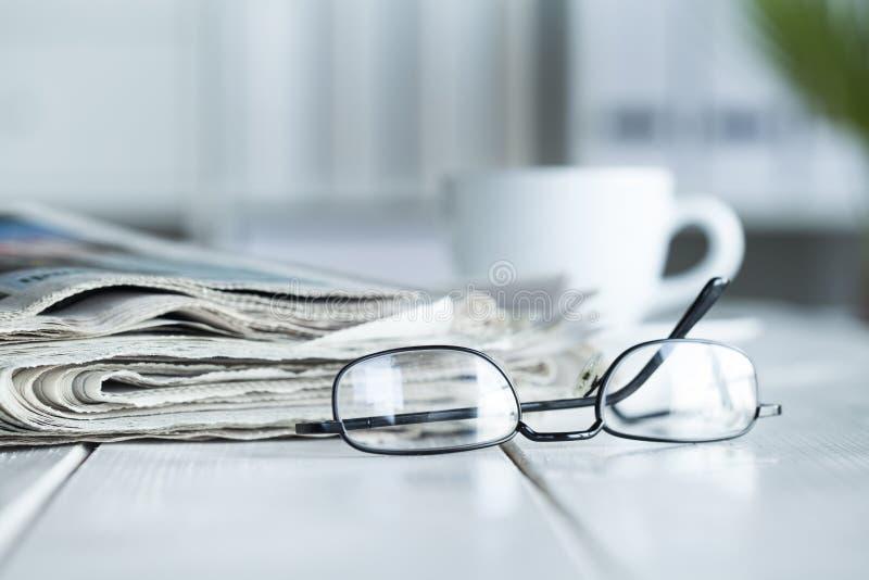 Pila di giornali e di occhiali fotografia stock libera da diritti