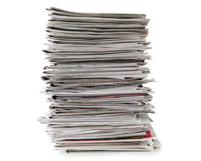 Pila di giornali isolata su fondo bianco, percorso di ritaglio incluso senza ombra immagini stock libere da diritti