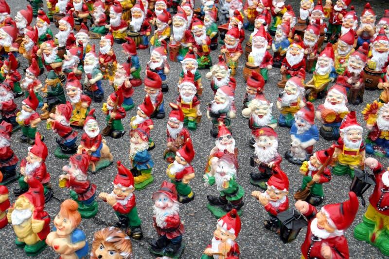 Pila di gnomes del giardino fotografia stock libera da diritti