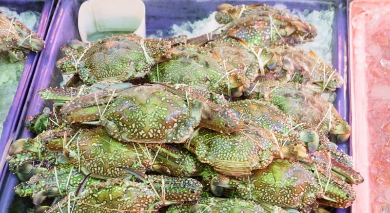 Pila di granchi blu del nuotatore del mare fresco al molo del mercato ittico Per frutti di mare, alimento, cucina fotografie stock